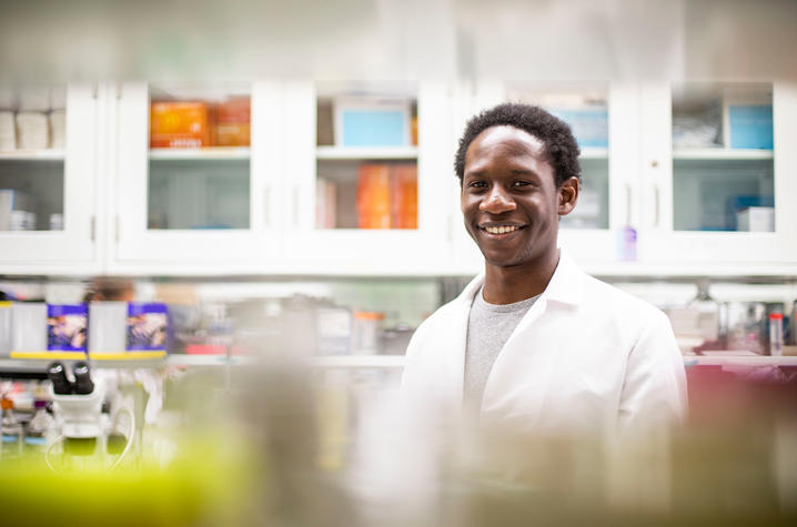 UK student Mirindi Kabangu conducts research in the Randal Voss lab.